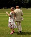 Nygifta personer som utomhus går arkivbilder