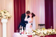 Nygifta personerna dansar i bankettkorridoren på den gifta sig 1en arkivbilder
