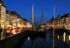 Nyhaven在晚上在哥本哈根 免版税库存图片
