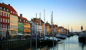 Nyhaven am Abend in Kopenhagen Stockfotografie