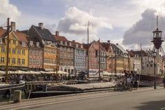 Nyhavn五颜六色的连栋房屋在哥本哈根的历史的区 de 库存照片