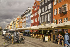 Nyhavn五颜六色的连栋房屋在哥本哈根` s历史的区 de 库存图片