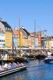 Nyhavn区是一个最著名和最美丽的地标在哥本哈根,丹麦在一个晴天 库存照片