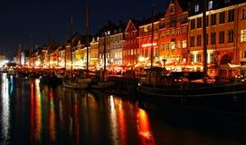 Nyhavn港口在夜,哥本哈根,丹麦 库存图片