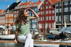 Nyhavn港口码头的哥本哈根,丹麦旅游妇女 免版税库存图片