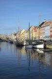 Nyhavn运河晴朗的11月天 哥本哈根丹麦 免版税库存图片
