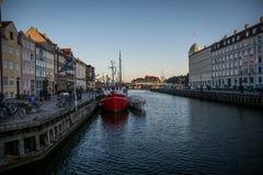 Nyhavn - área del puerto del populær en Copenhague dinamarca imagen de archivo