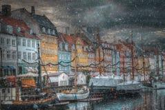 Nyhavn è il vecchio porto di Copenhaghen immagini stock libere da diritti