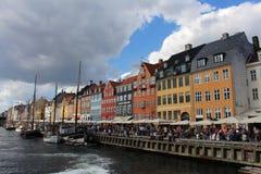 Nyhavn, сцена улицы в Копенгагене Дании Стоковое Изображение