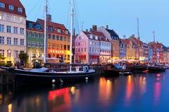 哥本哈根丹麦夜间nyhavn风景 库存图片