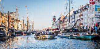 Nyhavn au milieu de lumière du jour photographie stock