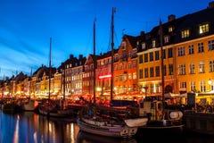 Nyhavn bij nacht in Kopenhagen, Denemarken Stock Foto's