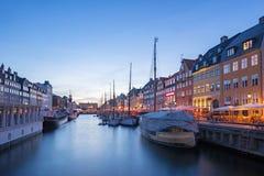 Nyhavn com o canal na noite na cidade de Copenhaga, Dinamarca Fotos de Stock Royalty Free