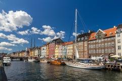 Nyhavn, een waterkant in Kopenhagen, Denemarken stock foto's