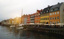 Nyhavn en Copenhague - barcos y fachadas coloridas de las casas fotografía de archivo
