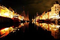 Nyhavn en la noche fotografía de archivo libre de regalías