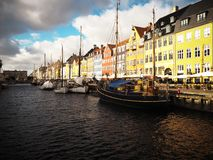 Nyhavn kanal i K?penhamnen, Danmark arkivbilder