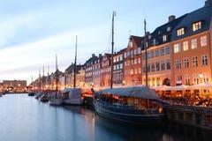 Nyhavn, Kopenhagen nachts lizenzfreie stockbilder