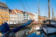Nyhavn molo z kolorów budynkami, statkami, jachtami i innymi łodziami w Kopenhaga, Dani Zdjęcie Royalty Free