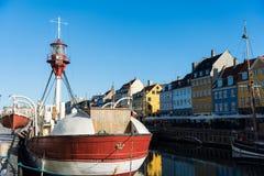 Nyhavn molo z kolorów budynkami, statkami, jachtami i innymi łodziami w Starym miasteczku Kopenhaga, Dani Obraz Stock