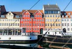 Nyhavn molo z kolorów statkami w Kopenhaga i budynkami, Dani Zdjęcie Royalty Free