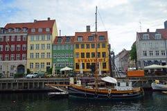 Nyhavn nabrzeże Kopenhaga i łodzie obrazy stock