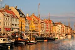 Nyhavn - New Haven en la puesta del sol, Copenhague, Dinamarca Imagen de archivo
