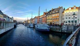 Nyhavn-Ufergegend, Kanal, bunte Fassaden der alten Hausreflexion und Gebäude, Schiffe, Yachten und Boote in Kopenhagen, Dänemark stockbild