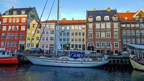 Nyhavn-Ufergegend, Kanal, bunte Fassaden der alten Hausreflexion und Gebäude, Schiffe, Yachten und Boote in Kopenhagen, Dänemark stockfotos