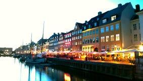 Nyhavn w Kopenhaga podczas wieczór zmierzchu Stubarwni światła Zdjęcie Stock