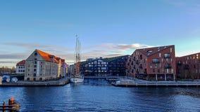 Nyhavnwaterkant, kanaal en vermaakdistrict met kleurrijke huizen, gebouwen, schepen, jachten en boten in Oude Stad van stock foto