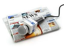 Nyheterna eller journalistikbegrepp Mikrofon på den isolerade tidningen stock illustrationer