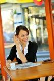 Nyheterna för affärskvinnaavläsningsmorgon Fotografering för Bildbyråer