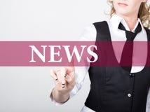 Nyheterna som är skriftlig på den faktiska skärmen Teknologi-, internet- och nätverkandebegrepp kvinna i pressar för en svartaffä Arkivfoton