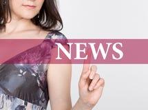 Nyheterna som är skriftlig på den faktiska skärmen Teknologi-, internet- och nätverkandebegrepp kvinna i pressar för en svartaffä Royaltyfria Bilder