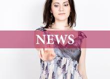 Nyheterna som är skriftlig på den faktiska skärmen Teknologi-, internet- och nätverkandebegrepp kvinna i pressar för en svartaffä Royaltyfri Foto