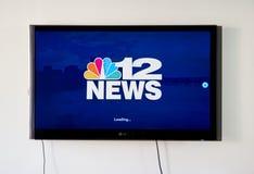 Nyheterna som 12 sänder app och logo på LG-TV Arkivfoton
