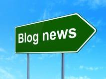 Nyheternabegrepp: Bloggnyheterna på vägmärkebakgrund Royaltyfri Foto
