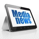 Nyheternabegrepp: Minnestavladator med massmedianyheterna på skärm Royaltyfria Foton