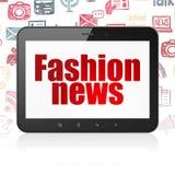 Nyheternabegrepp: Minnestavladator med modenyheterna på skärm Royaltyfria Bilder