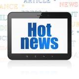 Nyheternabegrepp: Minnestavladator med varm nyheterna på skärm Royaltyfri Foto