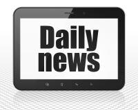 Nyheternabegrepp: MinnestavlaPCdator med daglig nyheterna på skärm Royaltyfria Bilder