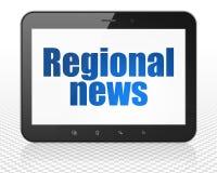 Nyheternabegrepp: MinnestavlaPCdator med regional nyheterna på skärm Royaltyfri Foto