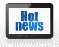 Nyheternabegrepp: MinnestavlaPCdator med varm nyheterna på skärm Royaltyfri Foto