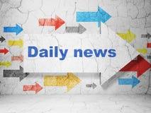 Nyheternabegrepp: pil med daglig nyheterna på grungeväggbakgrund Royaltyfri Foto