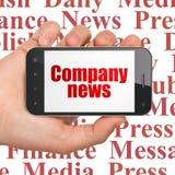 Nyheternabegrepp: Räcka hållande Smartphone med företagsnyheterna på skärm Royaltyfri Fotografi