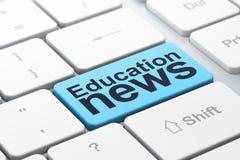 Nyheternabegrepp: Utbildningsnyheterna på datortangentbordet Arkivbilder