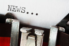 Nyheternatext på den retro skrivmaskinen Royaltyfria Bilder