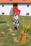 Nyiregyhaza,匈牙利2017年9月10日 男孩射击与弓的箭头在节日 免版税库存照片