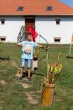 Nyiregyhaza, Węgry Chłopiec strzela strzała z łękiem przy festiwalem w etnicznym muzeum Nyiregyhaza miasto Zdjęcie Stock